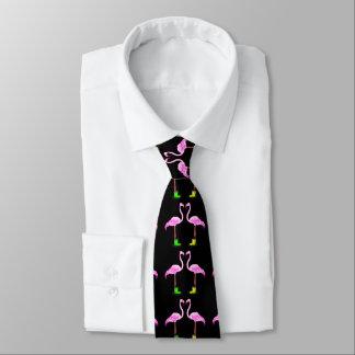 Den rosa flamingoen kopplar ihop danande en slips