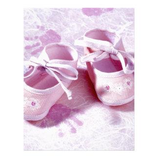 Den rosa flickabebiset skor brevhuvud