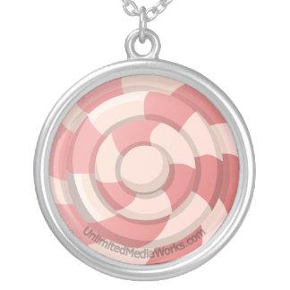 Den rosa godisen virvlar runt silverpläterat halsband