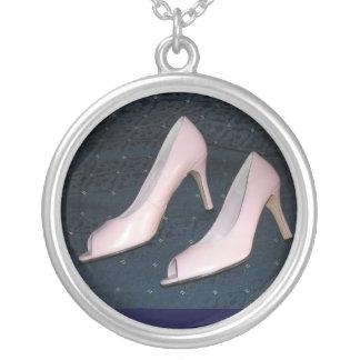 Den rosa kickhälet pumpar silverpläterat halsband