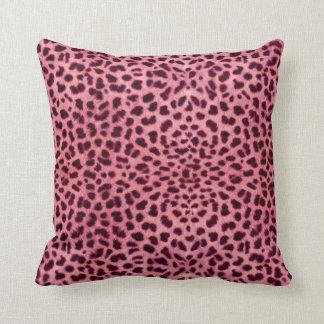 Den rosa leoparden flår mönster kudde