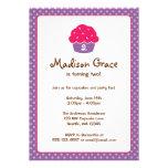 Den rosa och purpurfärgade muffinpolkaen pricker f individuella inbjudningskort