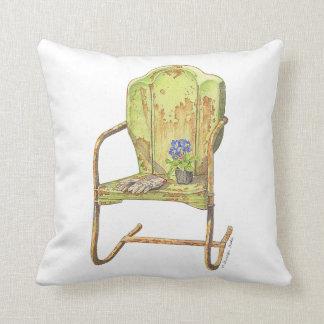 den rostiga vintageträdgårdstolen kudder på kudde