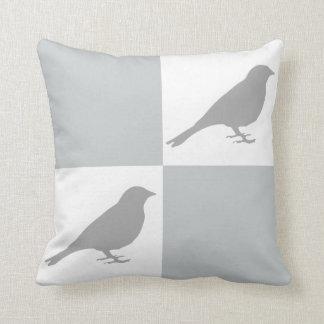 Den rutiga grå färg- & vitfågeln kudder kudde