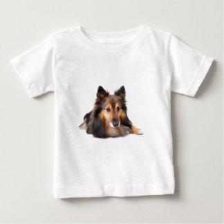 Den Shetland sheepdogen, Shetie (sobel) tittar T Shirt