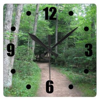 Den skogs- vägväggen tar tid på fyrkantig klocka