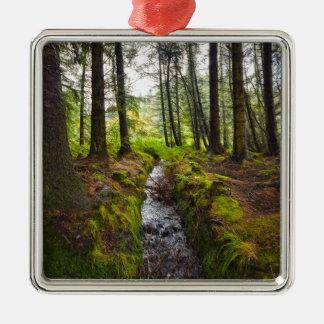 Den skotska skogsmarken strömmer julgransprydnad metall