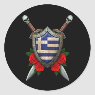 Den slitna grekiska flagga skyddar och svärd med runt klistermärke
