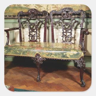 Den sned soffan, med tapestryen placerar, liknande fyrkantigt klistermärke