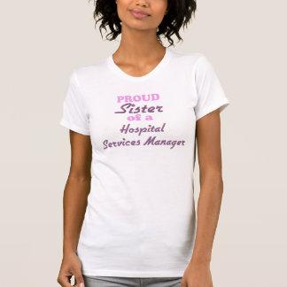 Den stolt systern av ett sjukhus servar chefen tee shirts