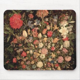 Den stora buketten av blommor i ett trä badar musmatta