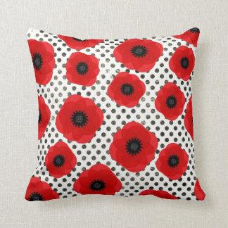 Den stora röda vallmon blommar på svartvit Polka Kudde