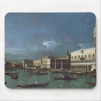 Den storslagna kanalen med kyrkan av Santa Maria Musmatta