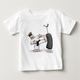 Den svart bältekaratemanen som sparkar en tshirts
