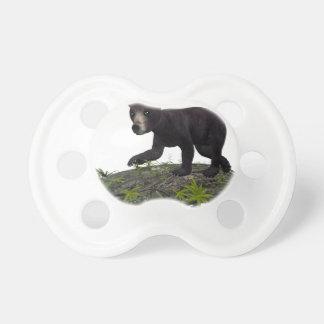Den svart björnen på ett träd överbryggar napp