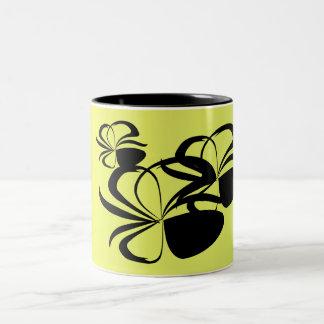 Den svart blommigten formar på gult Två-Tonad mugg