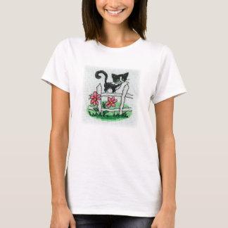 Den svart kattungen på en staketkor syr broderi t shirt