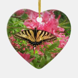 Den Swallowtail fjärilen sitter på rosa Azaleas Julgransprydnad Keramik