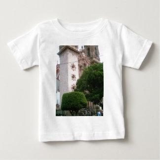 Den Taxco domkyrkan beklär baserar från zocaloen T-shirts