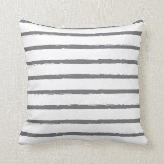 Den texturerade randlinjer kritiserar modern grå kudde