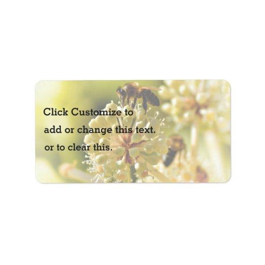 Den Themed closeupen, ett bi landar på en blomma i Adressetikett