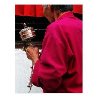 Den tibetana buddistiska nunnan med bönen rullar vykort