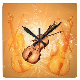 Den underbara fiolen med fiolpilbågen med nyckeln fyrkantig klocka