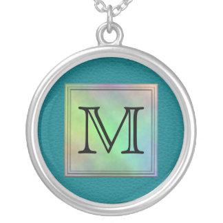 Den utskrivavna beställnings- monogramen avbildar  silverpläterat halsband