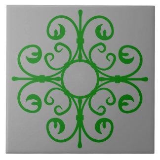 Den utsmyckade ironworken i grönt belägger med kakelplatta