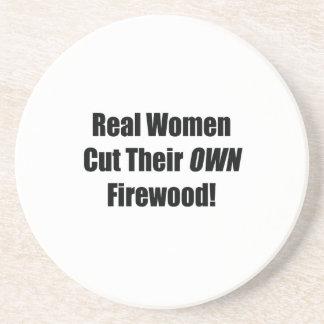 Den verkliga kvinnan klippte deras egna vedträ dri underlägg