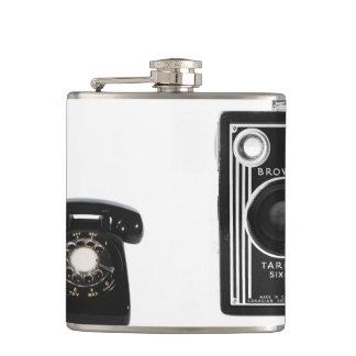 Den vintagetelefonen och kameran fotograferar fickplunta