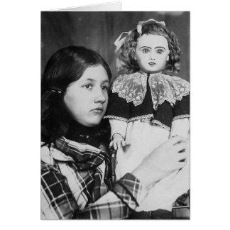 Denise sittadocka i ärmar - vintagefoto hälsningskort