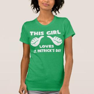 Denna flicka älskar Sts Patrick den roliga T skjor Tshirts