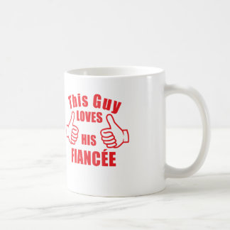 Denna grabb älskar hans gåva för förlovning för kaffemugg