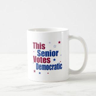 Denna pensionär röstar demokratiskt kaffemugg