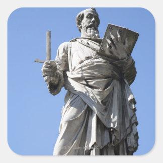 Denna staty av St Paul är på den högra platsen Fyrkantigt Klistermärke