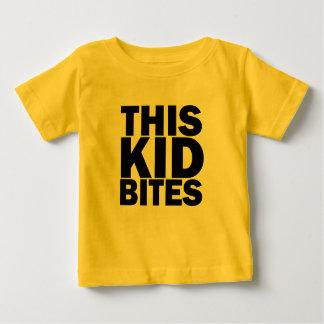 Denna unge biter tee shirts