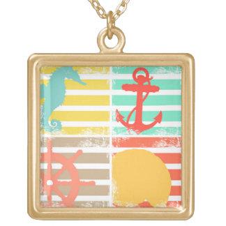 Designen för 4 hav kvadrerar med randar guldpläterat halsband