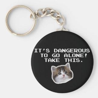 Det är farligt att gå ensamt tar denna kattunge rund nyckelring