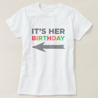 Det är henne födelsedagen (den högra pilen) tshirts