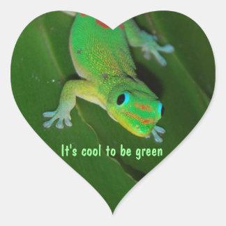 Det är kallt att vara grönt hjärtformat klistermärke