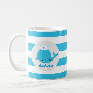 Det baby blue strandval tillfogar den kända vit mugg