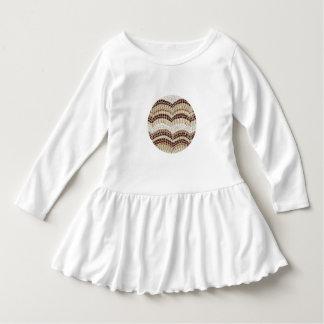 Det beige mosaiska småbarn rufsar klänningen tee shirt