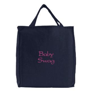 Det broderade babybyltet hänger lös kassar