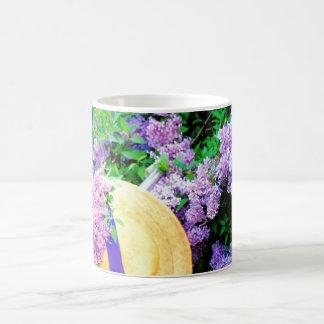 Det enorma purpurfärgade fotoet för den blom- vit mugg
