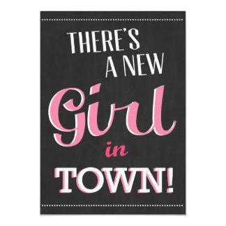 Det finns en ny flicka i Townbaby showerinbjudan 12,7 X 17,8 Cm Inbjudningskort