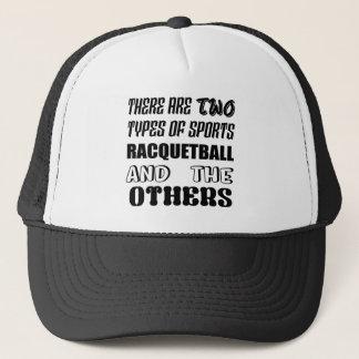 Det finns två typer av sportracquetballen och othe truckerkeps