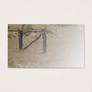 det gammala wood staket vid ett fält eller betar visitkort