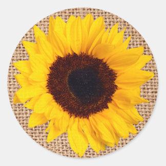 Det gula kuvertet för solrosBurlapklistermärken Runt Klistermärke