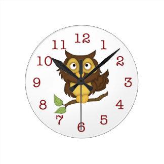 Det gulliga ugglabarn Vägg-tar tid på Rund Klocka